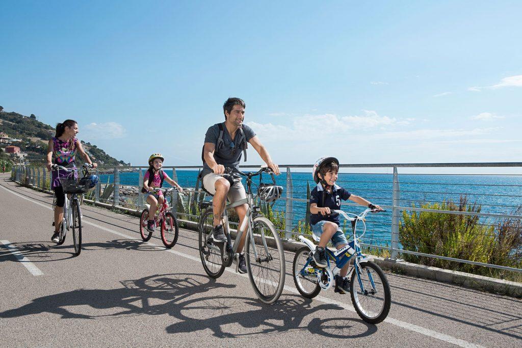 На велосипеде вдоль моря семья