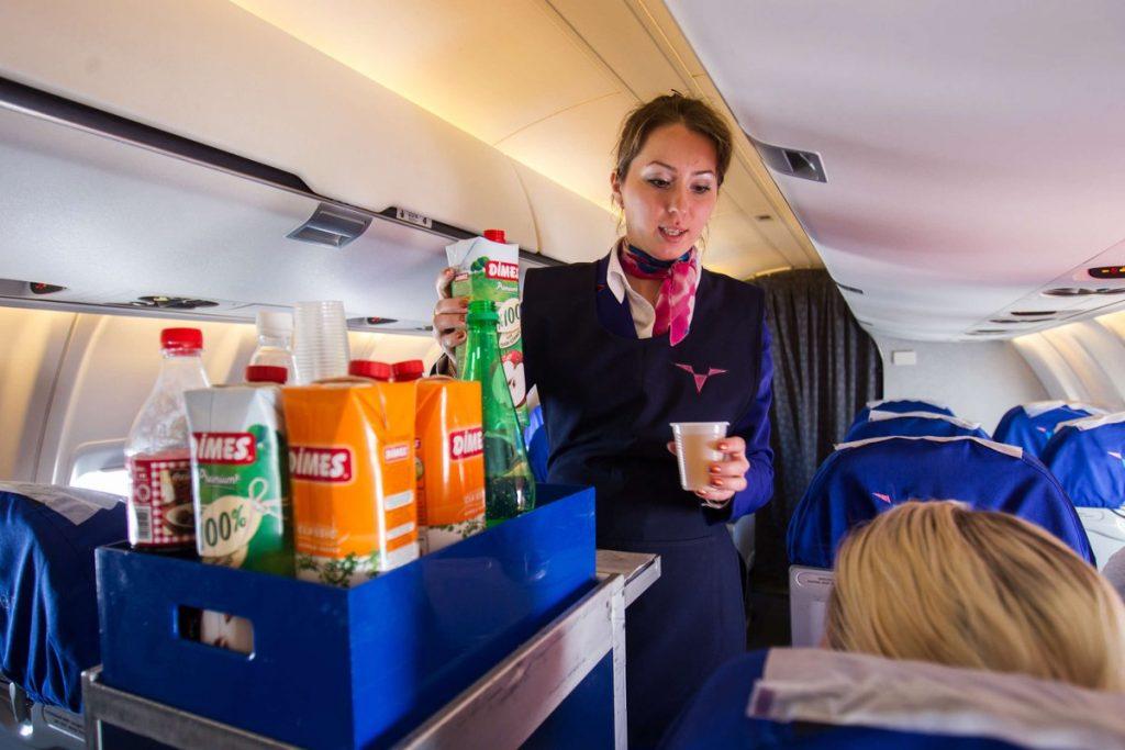 Стюардесса напитки в самолете
