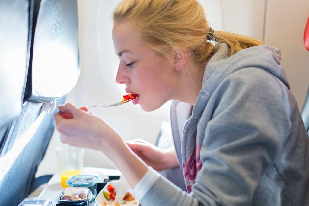 человек ест в самолете