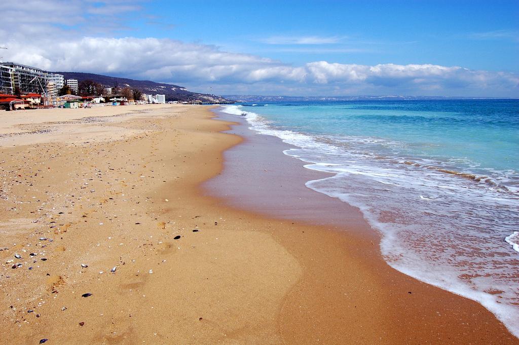 Золотые пески пляж