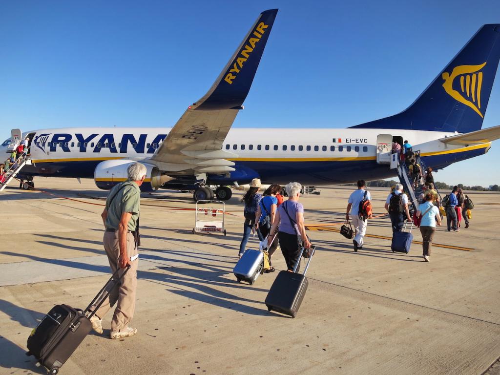Пассажиры идут в самолет