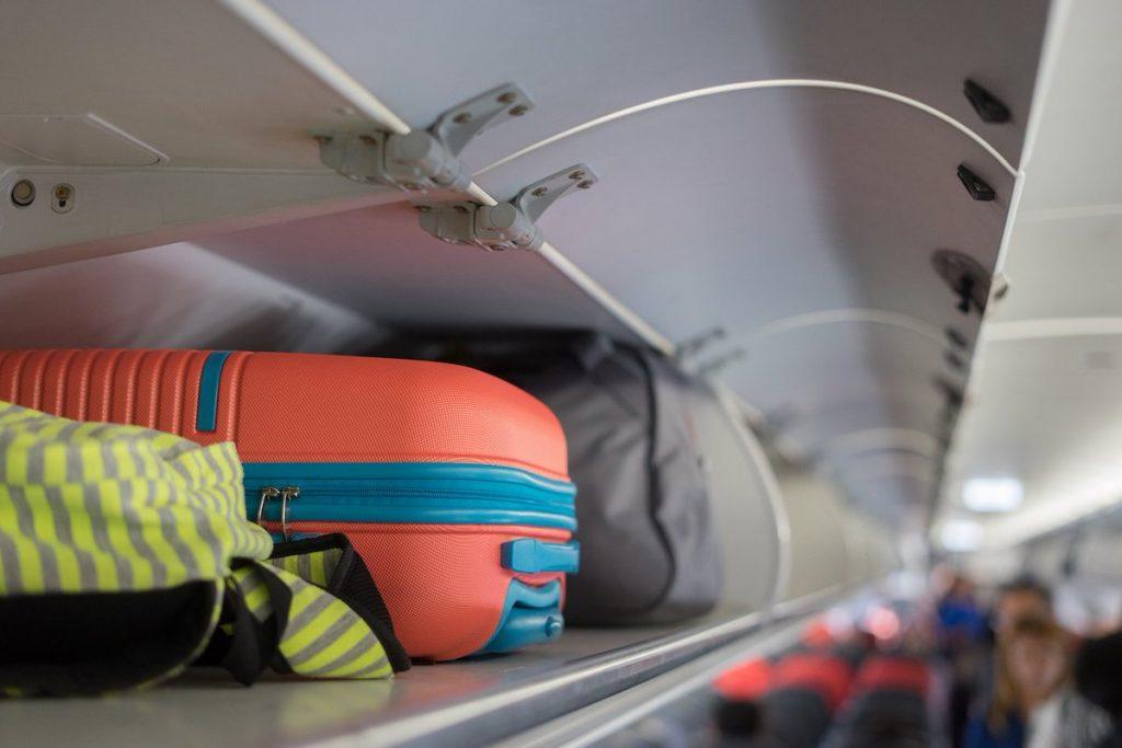 Полка для багажа в самолете