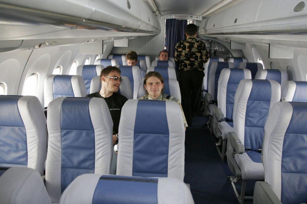 Салон самолета пассажиры мало