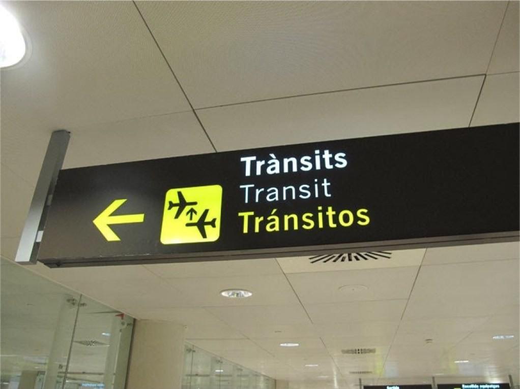 указатели в аэропорту транзит