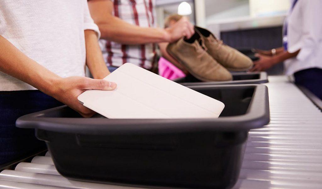 Ноутбук на досмотре в аэропорту