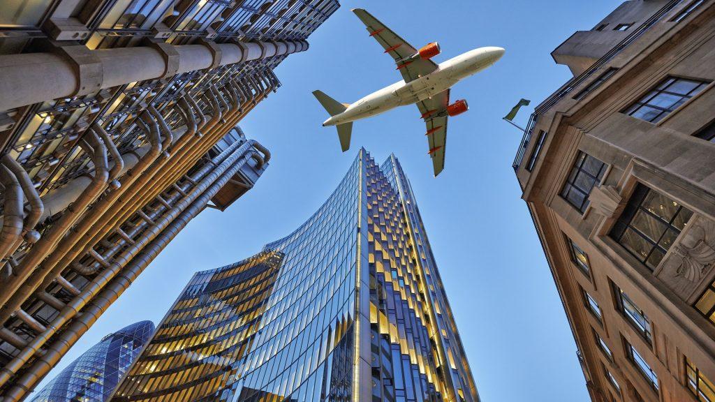 Самолет над городом над домами красивые фото