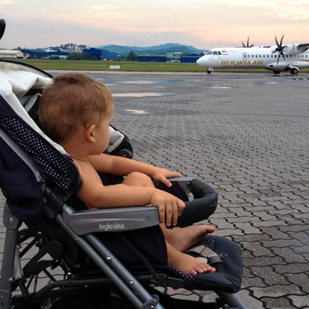 Коляска ребенок самолет перелет