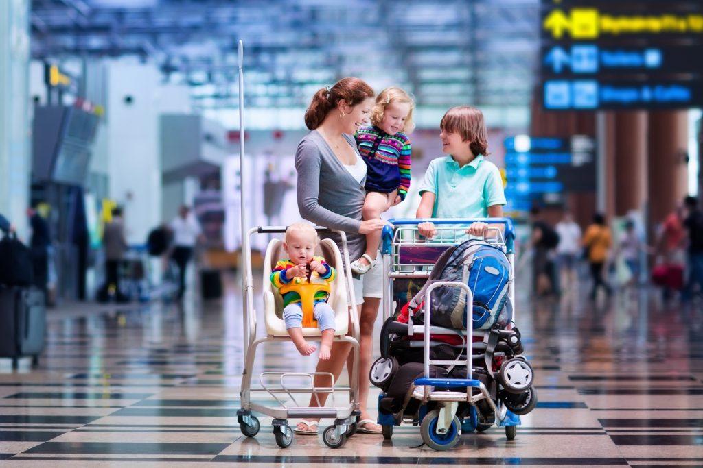 семья в аэропорту дети перевозка коляски