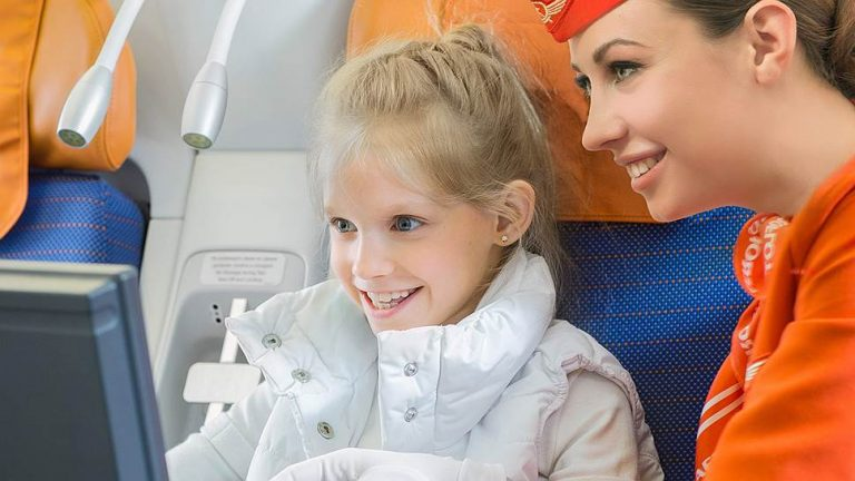 Стюардесса дети в самолете
