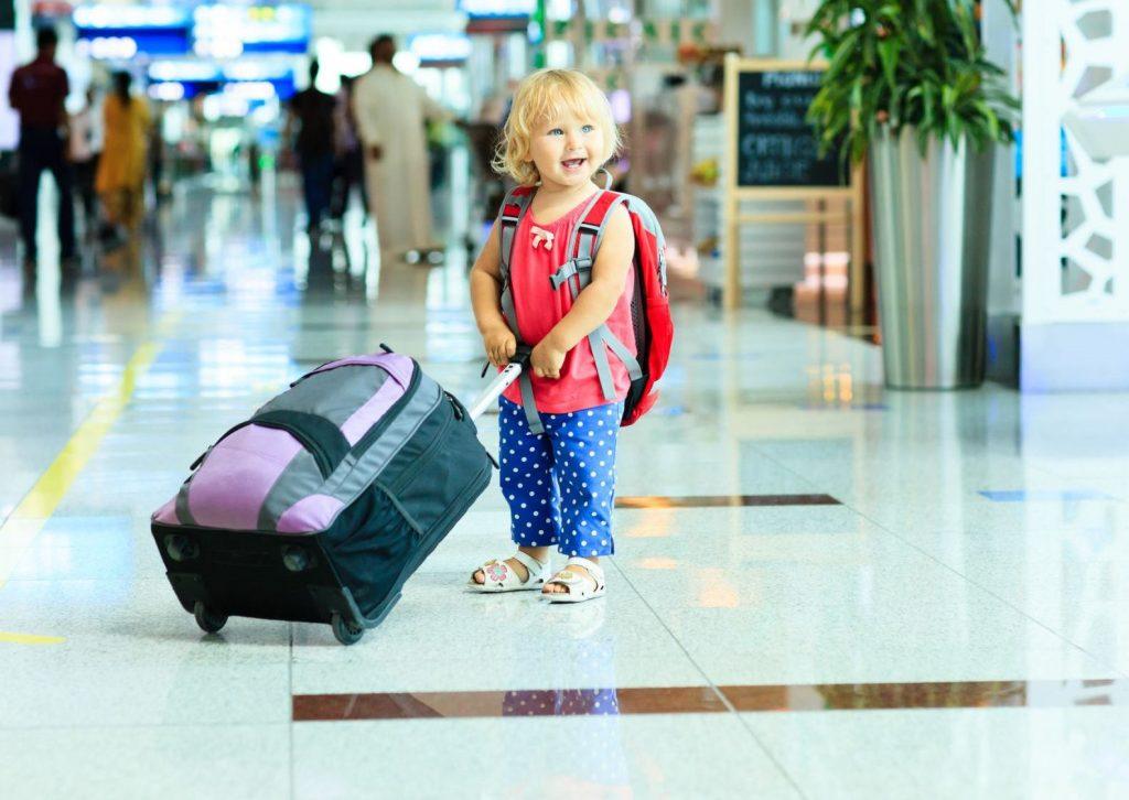 Ребенок в аэропорту чемодан