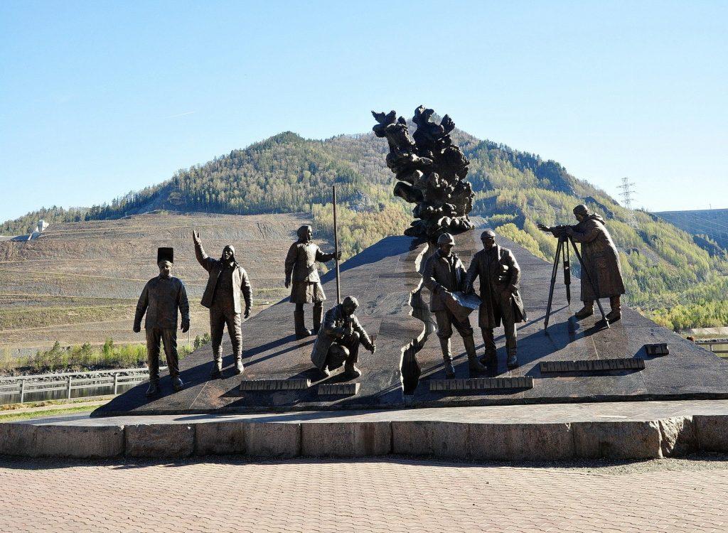 памятник покорителям Енисея Саяно-Шушенская ГЭС
