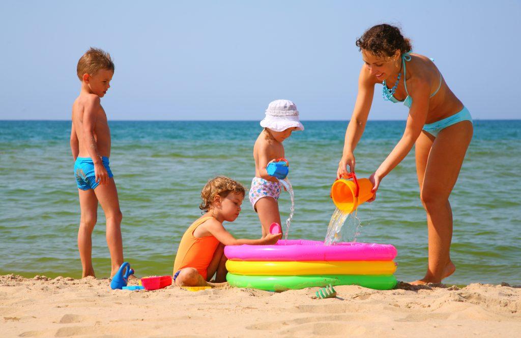 Бассейн для детей на пляже малыши