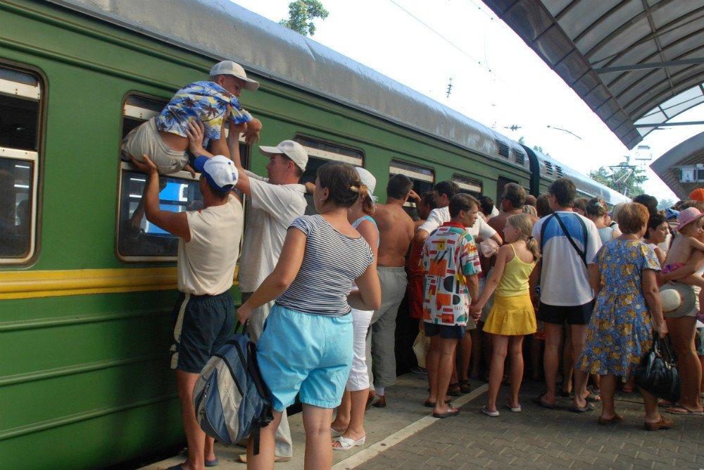 Поезд вокзал много людей выходные