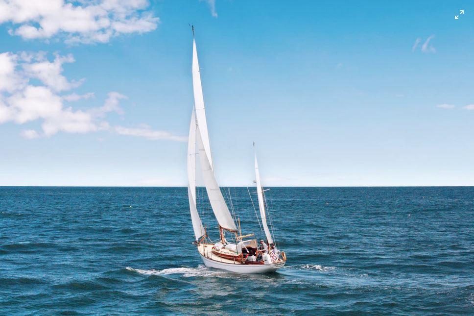 Парусная лодка, море